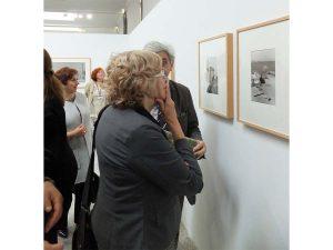 Manuela Carmena visita la exposición de Bernard Plossu